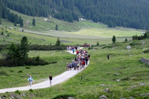 The whole Alpice Peace Crossing group (~170 people) hiking through the Krimmler Achetal valley.